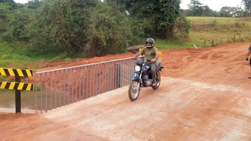 Moto passa na nova ponte em Talhado