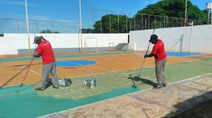 Quadra do centro esportivo de Schmitt recebe pintura